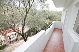 Балкон. Черногория, Жанице / Мириште : Апартамент для 4-5 человек, с двумя отдельными спальнями, с балконом с видом на море, 80 метров до пляжа