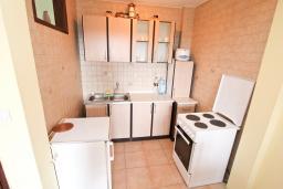 Кухня. Черногория, Росе : Апартамент с отдельной спальней, с большой гостиной, с 2-мя террасами