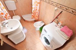 Ванная комната. Черногория, Росе : Апартамент с отдельной спальней, с большой гостиной, с 2-мя террасами