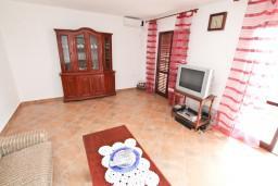 Гостиная. Черногория, Росе : 2-х этажный апартамент для 6-7 человек, с 3-мя отдельными спальнями, с просторной гостиной, с большой кухней, с 2-мя террасами