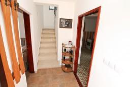 Коридор. Черногория, Росе : 2-х этажный апартамент для 6-7 человек, с 3-мя отдельными спальнями, с просторной гостиной, с большой кухней, с 2-мя террасами