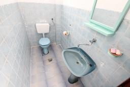 Туалет. Черногория, Росе : 2-х этажный апартамент для 6-7 человек, с 3-мя отдельными спальнями, с просторной гостиной, с большой кухней, с 2-мя террасами