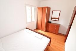 Спальня. Черногория, Росе : 2-х этажный апартамент для 6-7 человек, с 3-мя отдельными спальнями, с просторной гостиной, с большой кухней, с 2-мя террасами
