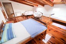 Спальня. Черногория, Утеха : Большой апартамент для 4-6 человек, с 2-мя отдельными спальнями, огромная общая терраса этажом ниже с шикарным видом на море