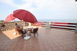 Терраса. Черногория, Утеха : Большой апартамент для 4-6 человек, с 2-мя отдельными спальнями, огромная общая терраса этажом ниже с шикарным видом на море