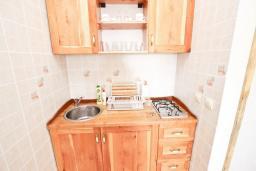 Кухня. Черногория, Утеха : Большой апартамент для 4-6 человек, с 2-мя отдельными спальнями, с террасой и балконом с шикарным видом на море