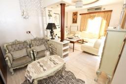 Гостиная. Черногория, Бечичи : Роскошная 3-х этажная вилла, в Бечичи (Чучучи), площадью 220м2, с большой гостиной и кухней, с 3-мя отдельными спальнями, с 3-мя ванными комнатами, с бассейном, с большой террасой и 3-мя балконами с видом на море, с местом для барбекю.