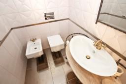 Туалет. Черногория, Бечичи : Роскошная 3-х этажная вилла, в Бечичи (Чучучи), площадью 220м2, с большой гостиной и кухней, с 3-мя отдельными спальнями, с 3-мя ванными комнатами, с бассейном, с большой террасой и 3-мя балконами с видом на море, с местом для барбекю.