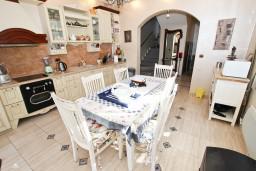 Кухня. Черногория, Бечичи : Роскошная 3-х этажная вилла, в Бечичи (Чучучи), площадью 220м2, с большой гостиной и кухней, с 3-мя отдельными спальнями, с 3-мя ванными комнатами, с бассейном, с большой террасой и 3-мя балконами с видом на море, с местом для барбекю.