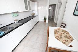 Кухня. Черногория, Шушань : Апартамент с отдельной спальней, с террасой