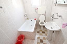 Ванная комната. Черногория, Шушань : Апартамент с отдельной спальней, с балконом