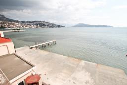 Вид на море. Черногория, Игало : Двухместная студия у моря с балконом и прямым видом на море, с лежаками и зонтиком на частном пляже