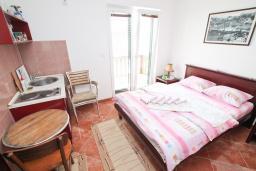 Студия (гостиная+кухня). Черногория, Игало : Двухместная студия у моря с балконом и прямым видом на море, с лежаками и зонтиком на частном пляже
