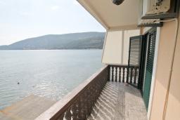 Балкон. Черногория, Игало : Двухместная студия у моря с балконом и прямым видом на море, с лежаками и зонтиком на частном пляже