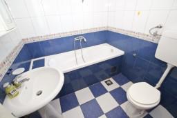 Ванная комната. Черногория, Будва : Апартамент для 8 человек, с 4-мя отдельными спальнями, с 3-мя ванными комнатами, с террасой и балконом с шикарным видом на море