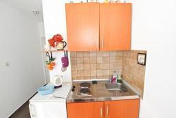 Кухня. Черногория, Будва : Апартамент для 8 человек, с 4-мя отдельными спальнями, с 3-мя ванными комнатами, с террасой и балконом с шикарным видом на море