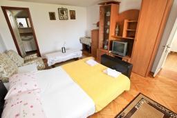 Спальня. Черногория, Рафаиловичи : Апартамент с отдельной спальней, с балконом, 80 метров до моря