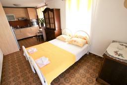 Гостиная. Черногория, Рафаиловичи : Апартамент с отдельной спальней, с балконом, 80 метров до моря