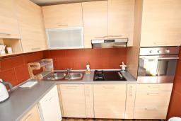 Кухня. Черногория, Рафаиловичи : Апартамент с отдельной спальней, с балконом, 80 метров до моря