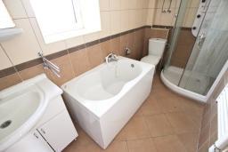 Ванная комната. Черногория, Рафаиловичи : Апартамент с отдельной спальней, с балконом, 80 метров до моря