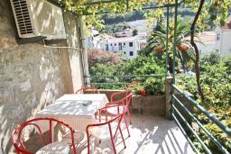Балкон. Черногория, Рафаиловичи : Апартамент с отдельной спальней, с балконом, 80 метров до моря