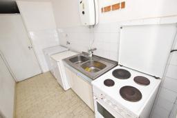 Кухня. Черногория, Святой Стефан : Студия с террасой с видом на море