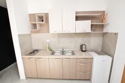 Кухня. Черногория, Бечичи : Апартамент отдельной спальней, с балконом