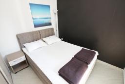 Спальня. Черногория, Бечичи : Апартамент отдельной спальней, с балконом