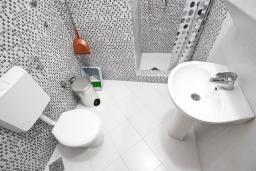 Ванная комната. Черногория, Бечичи : Апартамент отдельной спальней, с балконом