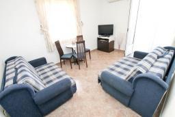 Гостиная. Черногория, Игало : Апартамент с отдельной спальней, с 2-мя балкономами с видом на море, 100 метров до пляжа