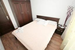 Спальня. Черногория, Игало : Апартамент с отдельной спальней, с 2-мя балкономами с видом на море, 100 метров до пляжа