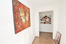 Коридор. Черногория, Игало : Апартамент с отдельной спальней, с 2-мя балкономами с видом на море, 100 метров до пляжа