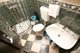Ванная комната. Черногория, Игало : Апартамент с отдельной спальней, с 2-мя балкономами с видом на море, 100 метров до пляжа