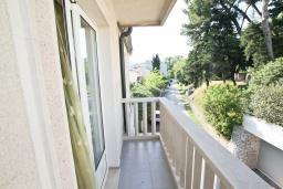 Балкон. Черногория, Игало : Апартамент с отдельной спальней, с 2-мя балкономами с видом на море, 100 метров до пляжа