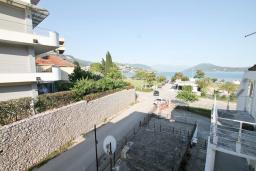 Вид на море. Черногория, Игало : Апартамент с отдельной спальней, с 2-мя балкономами с видом на море, 100 метров до пляжа