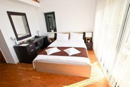 Спальня. Черногория, Булярица : Современный апартамент с балконом с шикарным видом на море, 80 метров до пляжа