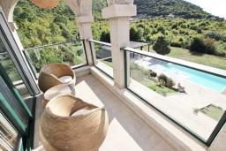 Балкон. Черногория, Булярица : Современный апартамент с балконом с шикарным видом на море, 80 метров до пляжа