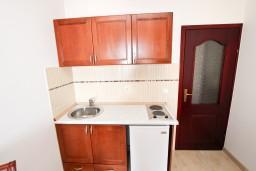 Кухня. Черногория, Святой Стефан : Апартамент для 4-5 человек, с 2-мя отдельными спальнями, с террасой с видом на море
