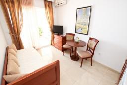 Гостиная. Черногория, Святой Стефан : Апартамент для 4-5 человек, с 2-мя отдельными спальнями, с террасой с видом на море