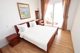 Спальня. Черногория, Святой Стефан : Апартамент для 4-5 человек, с 2-мя отдельными спальнями, с террасой с видом на море