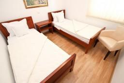 Спальня 2. Черногория, Святой Стефан : Апартамент для 4-5 человек, с 2-мя отдельными спальнями, с террасой с видом на море