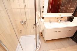 Ванная комната. Черногория, Святой Стефан : Апартамент для 4-5 человек, с 2-мя отдельными спальнями, с террасой с видом на море