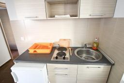 Кухня. Черногория, Петровац : Апартамент с отдельной спальней, с балконом