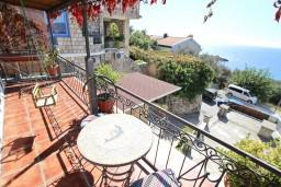 Терраса. Черногория, Святой Стефан : Уютный апартамент для с отдельной спальней, с террасой с видом на море