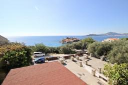 Вид на море. Черногория, Святой Стефан : Уютный апартамент для с отдельной спальней, с террасой с видом на море