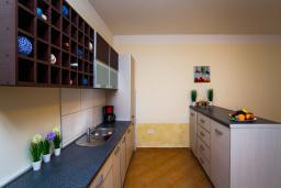 Кухня. Черногория, Добра Вода : 3-х этажный дом в Добра Вода, площадью 450м2 с 7-ю спальнями, с 4-ю ванными комнатами, с 2-мя большими гостиными, с большим бассейном, с террас открывается шикарный вид на море, с местом для барбекю