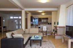 Гостиная. Черногория, Добра Вода : 3-х этажный дом в Добра Вода, площадью 450м2 с 7-ю спальнями, с 4-ю ванными комнатами, с 2-мя большими гостиными, с большим бассейном, с террас открывается шикарный вид на море, с местом для барбекю