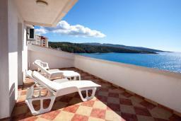 Балкон. Черногория, Добра Вода : Большой дом в Добра Вода, площадью 450м2 с 5-ю спальнями, с 6-ю ванными комнатами, с большим бассейном, с террас открывается шикарный вид на море, с местом для барбекю, с конференц-залом, с сауной