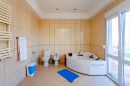 Ванная комната 2. Черногория, Добра Вода : Большой дом в Добра Вода, площадью 450м2 с 5-ю спальнями, с 6-ю ванными комнатами, с большим бассейном, с террас открывается шикарный вид на море, с местом для барбекю, с конференц-залом, с сауной