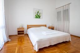 Спальня 2. Черногория, Добра Вода : Большой дом в Добра Вода, площадью 450м2 с 5-ю спальнями, с 6-ю ванными комнатами, с большим бассейном, с террас открывается шикарный вид на море, с местом для барбекю, с конференц-залом, с сауной